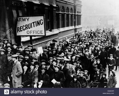 volunteers-queuing-in-front-of-a-recruitment-office-in-london-1914-GG2CKR